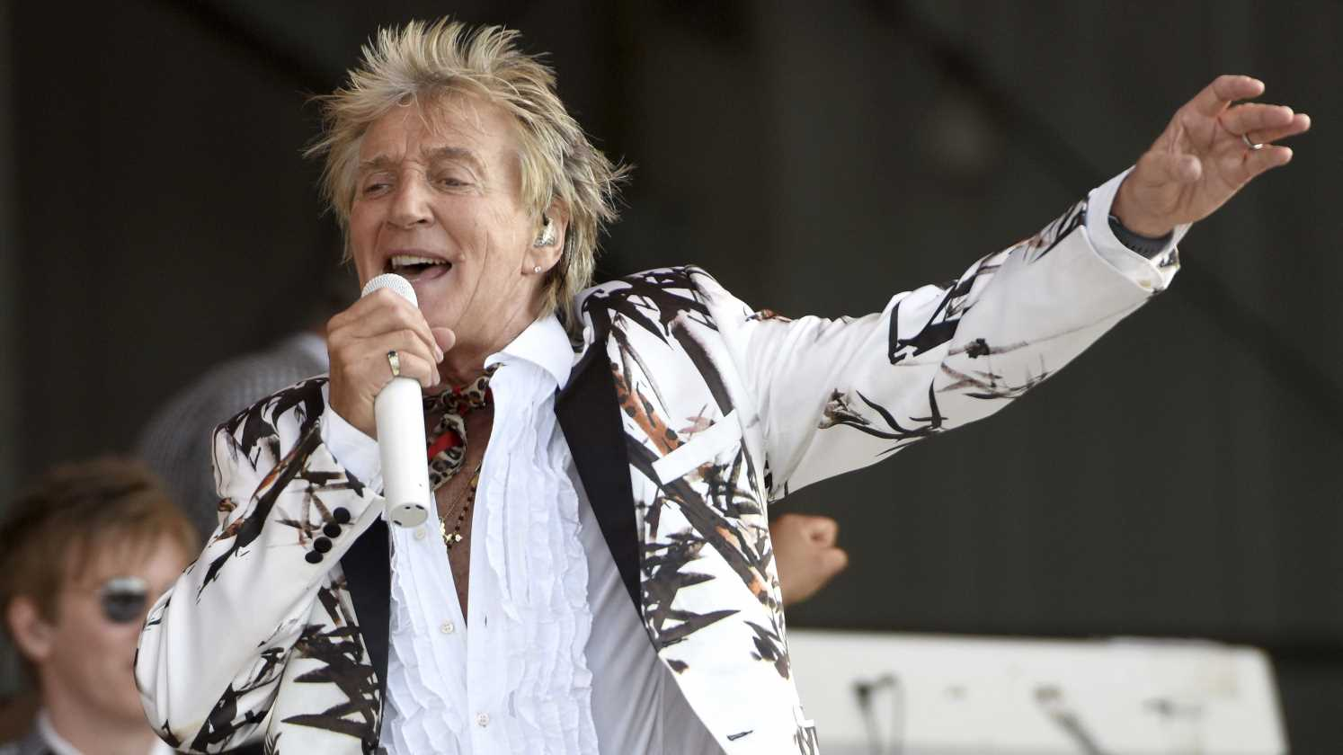Rod Stewart reunites with four exes for an epic blended family photo
