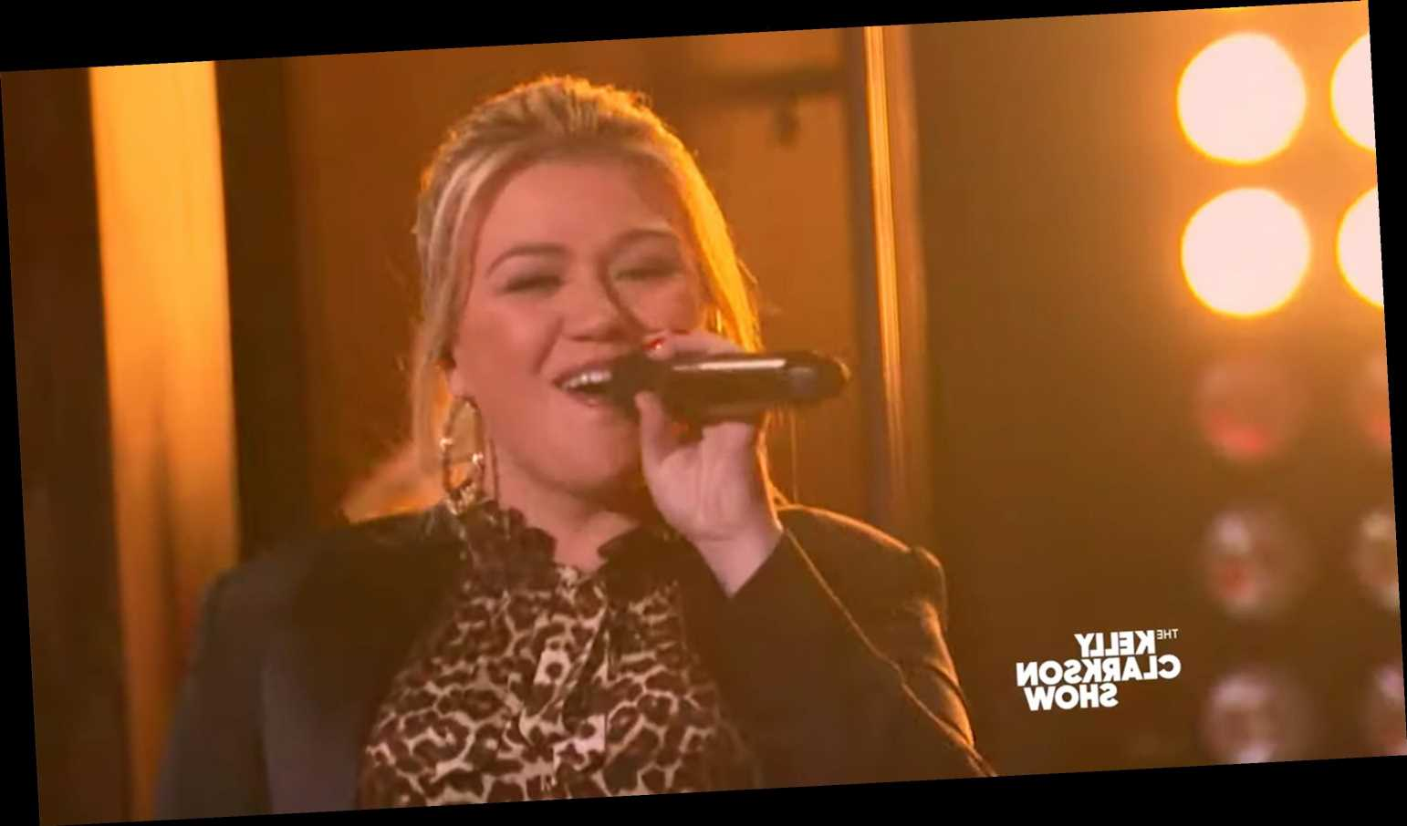 Watch Kelly Clarkson and Kristin Chenoweth break out into an impromptu musical song