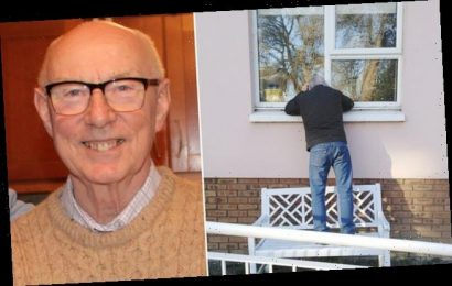 Man says goodbye to brother through window as he dies from Covid-19