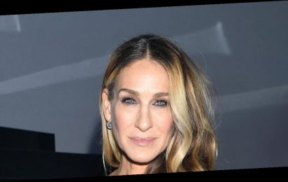 Sarah Jessica Parker Matched Her $15 Face Mask With Her $200 Shoes in This Debatable Color