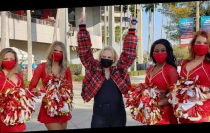 Rebel Wilson flaunts sleek figure as she poses with Super Bowl cheerleaders