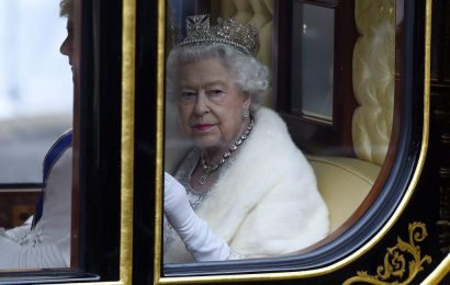 Does Queen Elizabeth Expect People to Bow to Her? Not Quite